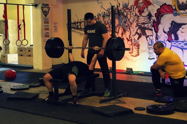 erőemelés, edzés, fekvenyomás, egészséges életmód